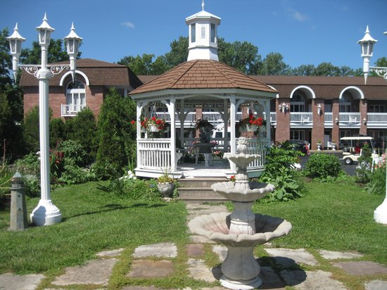 Lockport Inn and Suites: Beautiful grounds