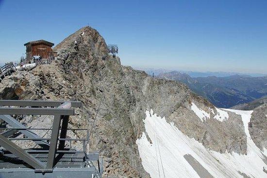 Hotel Christina: Hintertux glacier view of cable cars at top