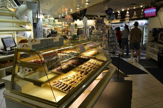 Deising's Bakery, Restaurant, and Catering: always a line