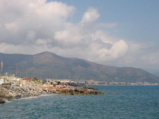 Parco Vacanze Piccolo Paradiso: Vista dalla spiaggia privata di fronte al campeggio