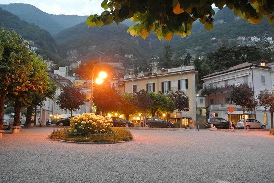 Hotel Posta: l'hôtel le soir, vue depuis l'embarcadère de Moltrasio
