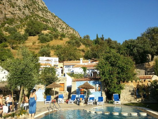 Dar Echchaouen: View of the pool and chalets