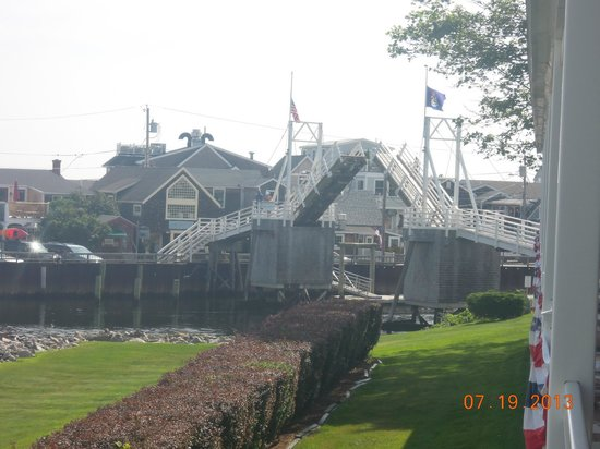 Riverside Motel: Drawbridge at Perkins Cove.