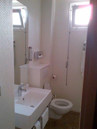 Ibis Styles Roanne: La salle de bains - vue 2
