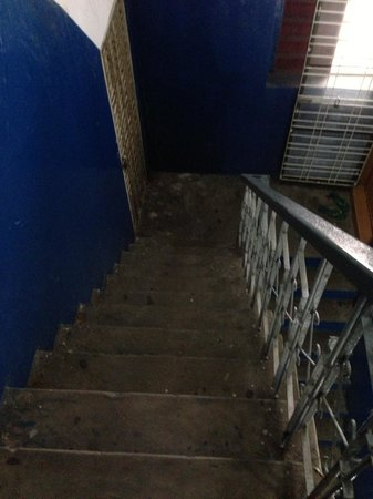 Hninn Si Budget Inn: Steep stairs that go up to all the 4 floors