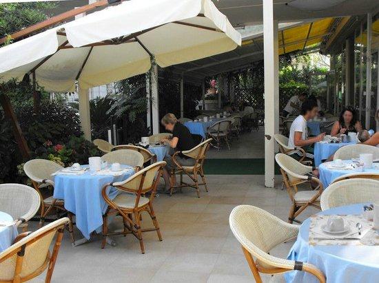 Hotel Maestri: Colazione all'aperto in estate.