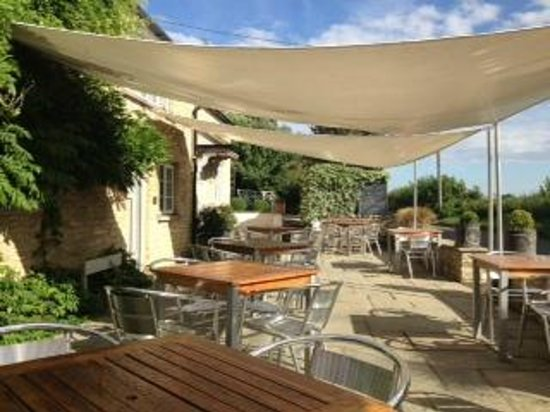 The Bell at Hampton Poyle: Outdoor seating area