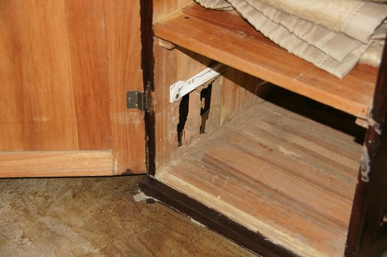 Umkumbe Safari Lodge: Schrank Zimmer 5