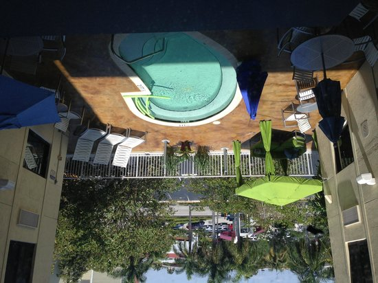 Quality Inn Miami Airport: Hotel's mini pool area