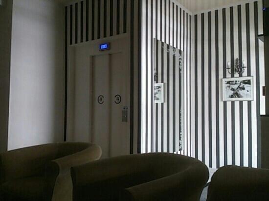 Hotel Le Charleston : l entrée avec l ascenseur et le salon d accueil