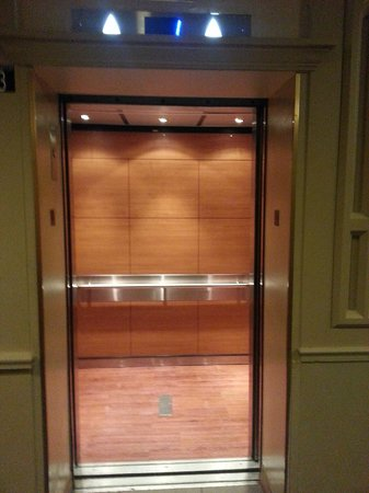 DoubleTree by Hilton Hotel Boston North Shore: Elevators default to lobby minimizing wait times