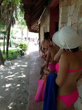 Grand Palladium Kantenah Resort and Spa: fila para usar el wc de mujeres en la alberca
