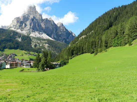 Garni Monti Pallidi: Veduta del Sassongher