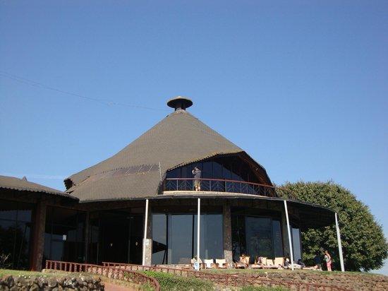 Ngorongoro Sopa Lodge: Bar, visto de fora