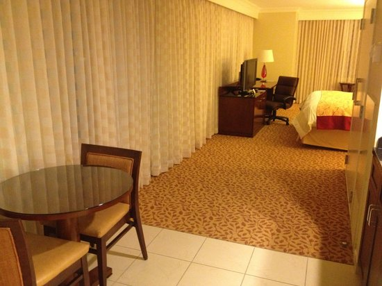 New Orleans Marriott Metairie at Lakeway: View to bedroom area