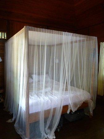 Bobocha Cottages Siladen: Le lit avec sa moustiquaire