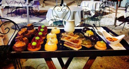 Auberge de la Treille : Plateau des desserts : si dur de choisir !