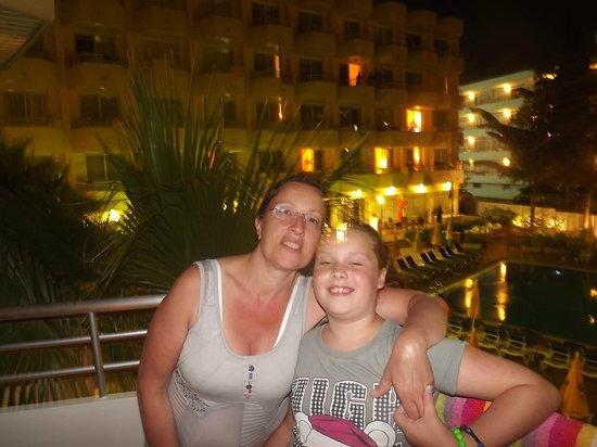 Hotel GHT Oasis Tossa & SPA : le soir chambre face à la piscine