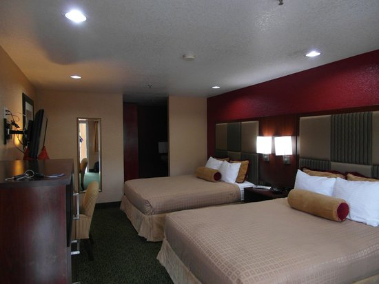 BEST WESTERN PLUS Yosemite Way Station Motel: Bedroom away from front door