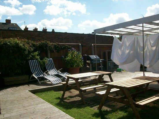 Tudor Terrace Guest House: Lounging area of garden