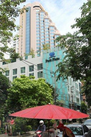 Park Plaza Bangkok Soi 18: Aussenansicht-direkt neben dem Rembrandt Hotel
