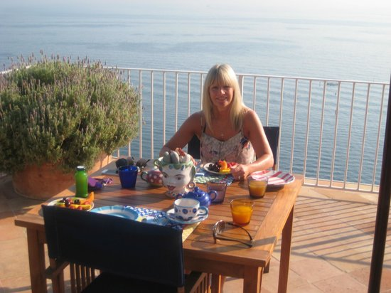 Maison La Minervetta: breakfast on the terrace