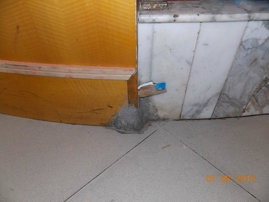 Gangcheng Holiday Hotel: Rats way (hole) is blocked by paper into centre of restaurant