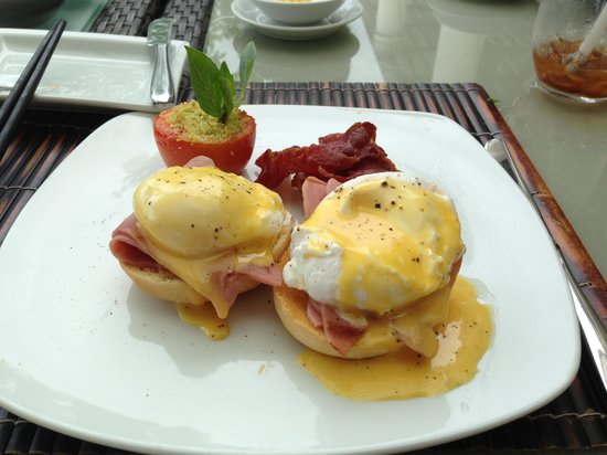 Princess D'An Nam Resort & Spa: Perfectly prepared eggs benedict. Delicious!