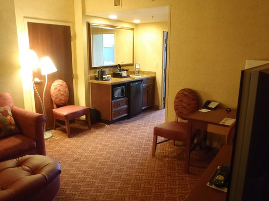 Embassy Suites by Hilton Charlotte - Concord / Golf  Resort & Spa: Living Room facing kitchenette