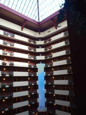 Embassy Suites by Hilton Charlotte - Concord / Golf  Resort & Spa : Lobby with sky lights