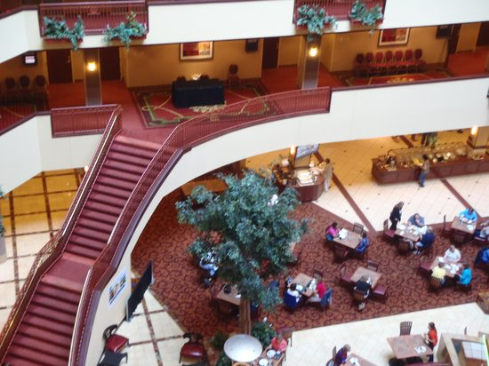 Embassy Suites by Hilton Charlotte - Concord / Golf  Resort & Spa : Central Staircase at foot of the lobby