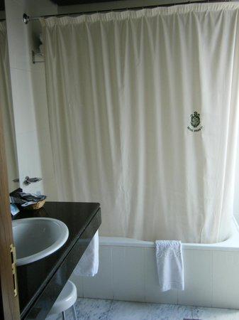 Felipe IV Hotel: baño amplio con gran ventana