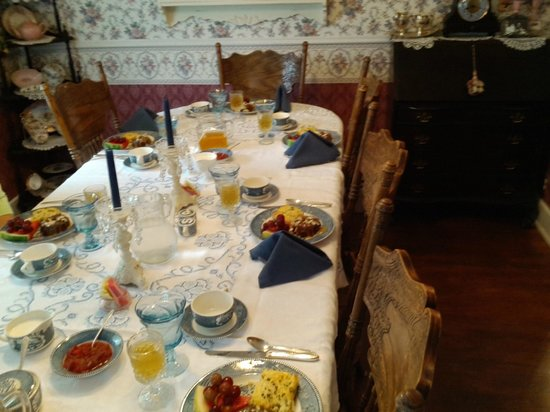 The Garden Cottage Bed and Breakfast: A typical breakfast table