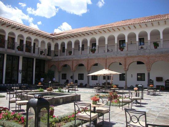 JW Marriott El Convento Cusco: La plaza del hotel