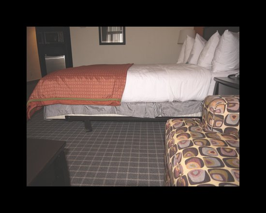 Red Lion Hotel Oakland International Airport: Issues with the bed skirt
