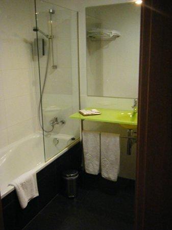 Enara Boutique Hotel: baño moderno