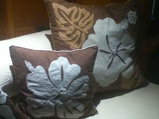 Bora Bora Pearl Beach Resort & Spa: decorative pillows in our room