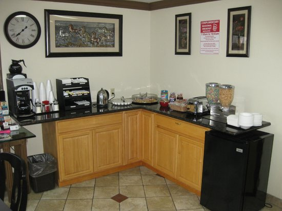 Red Roof Inn & Suites Monterey: Breakfast 2