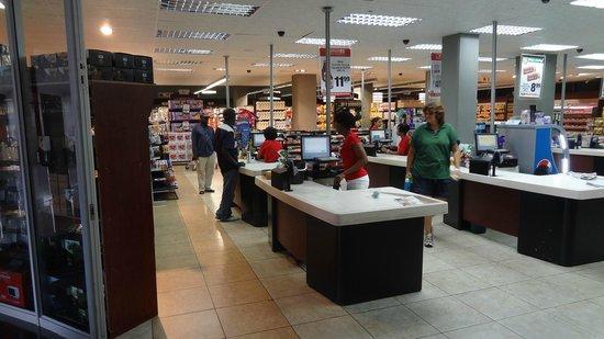 Genesis All-Suite Hotel: Supermercado no complexo