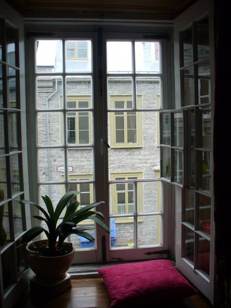 Maison Historique James Thompson: Red room window seat - window view of Old Quebec City
