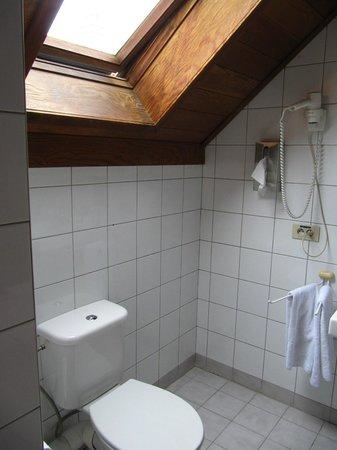 Floris Karos Hotel: bathroom with skylight