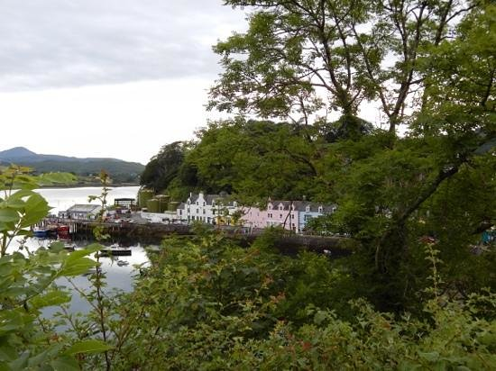 The Pink Guest House: Pink Guest House on Portree harbour.