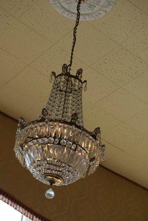 The Queens Hotel : chandelier