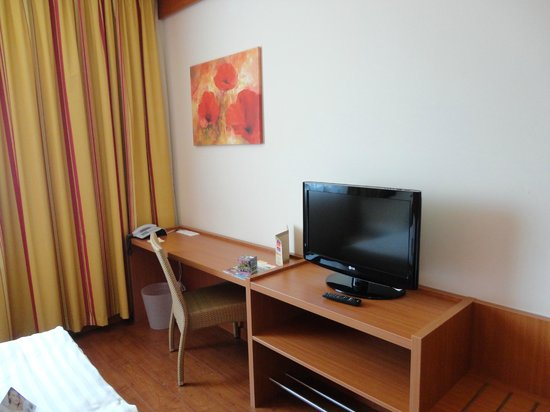 Star Inn Hotel Budapest Centrum, by Comfort: scrivania con tv