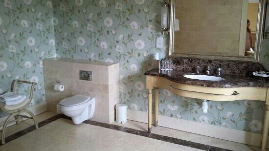 Step House Hotel: beautifully decorated bathroom