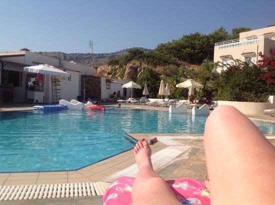 Eleni Apartments: Pool area