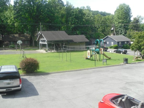 Carr's Northside Cottages & Motel: Overlooking playground