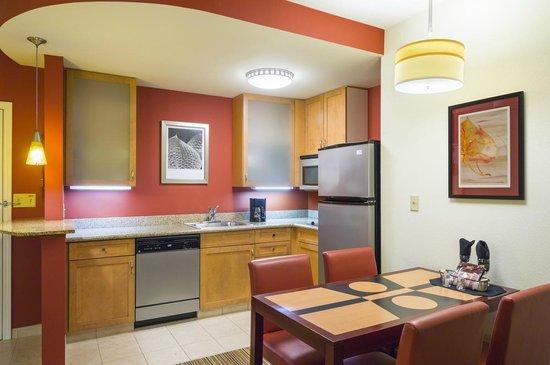 Residence Inn Philadelphia Langhorne : Suite Kitchen/Dining Area