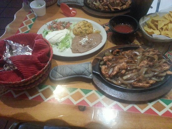 El Tenampa: Fajitas (without peppers) and all the fixings