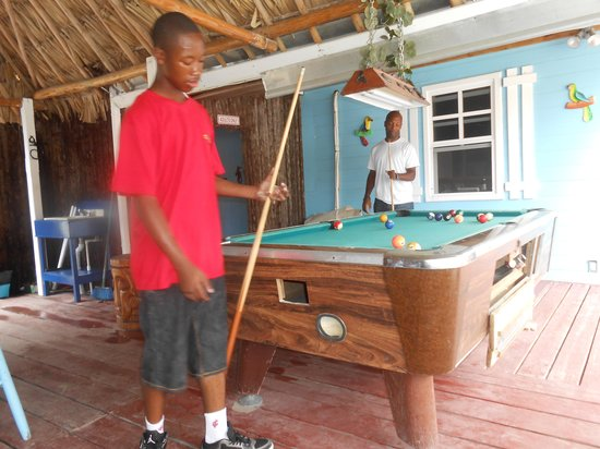 Belize Hutz: Playing pool at the Hutz